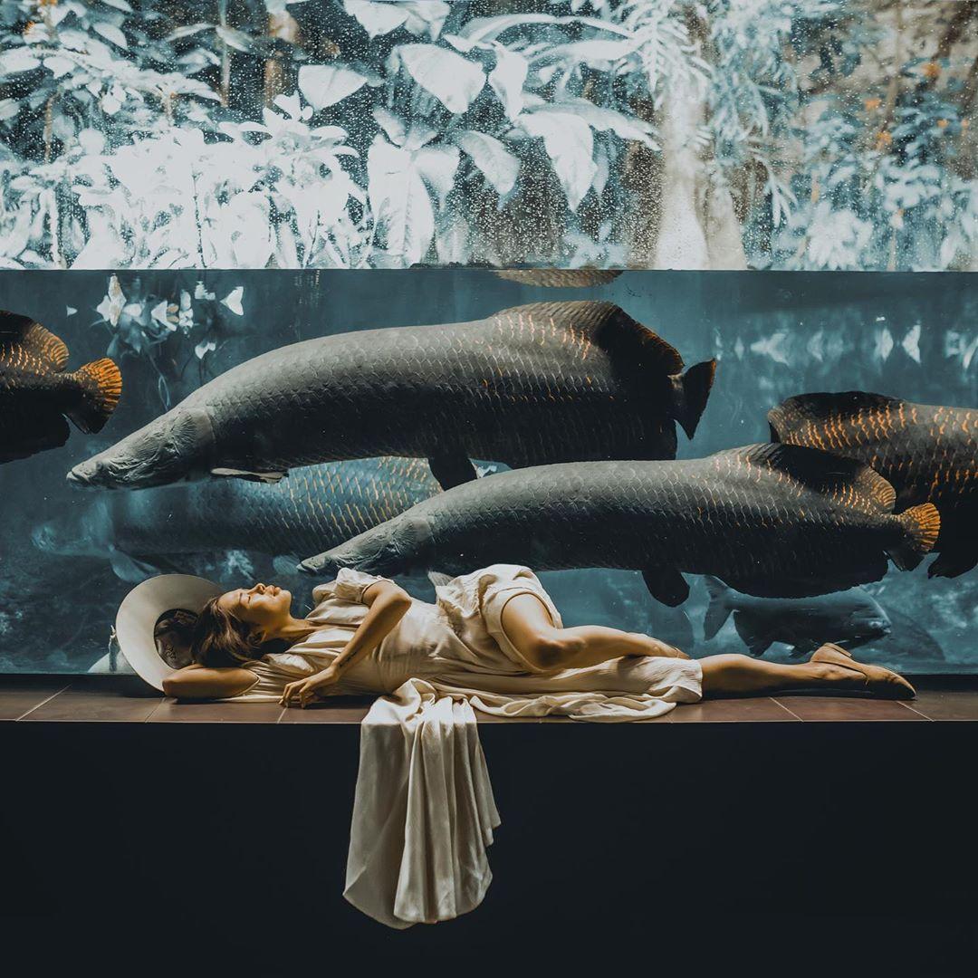 Marisa Hampe in am Aquarium