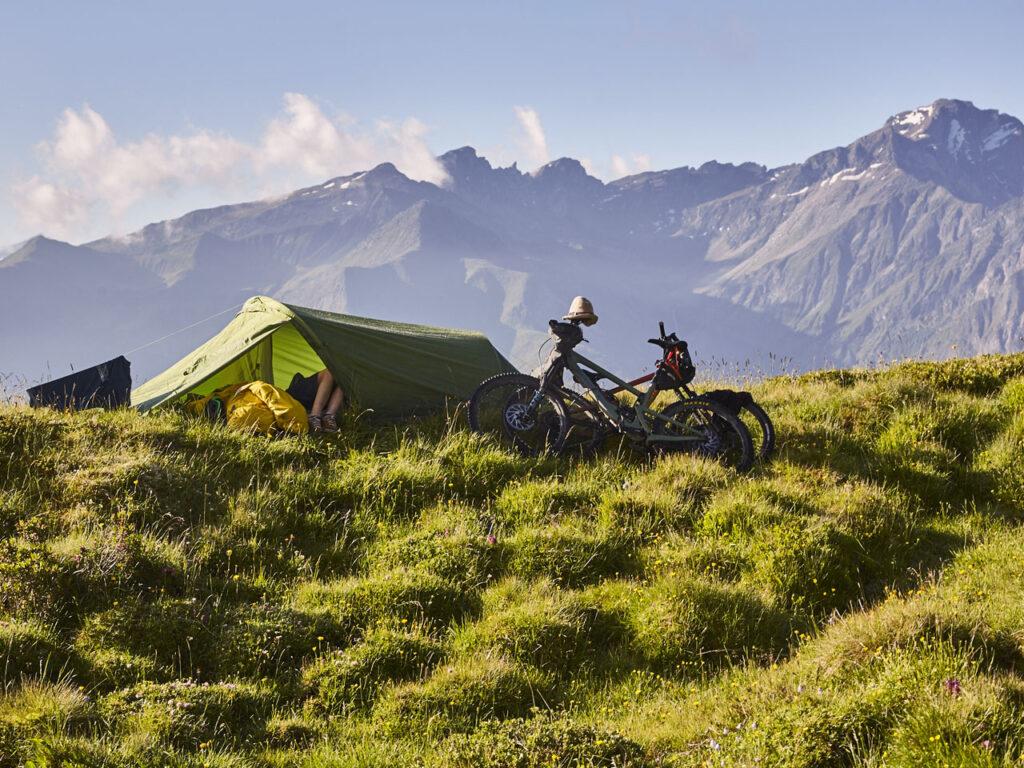 Zelt mit Rad in den Alpen