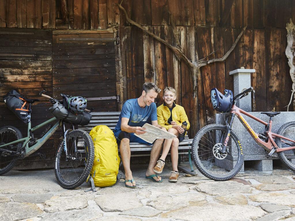 Jens Steingässer und Sohn Mio beim Bikepacking
