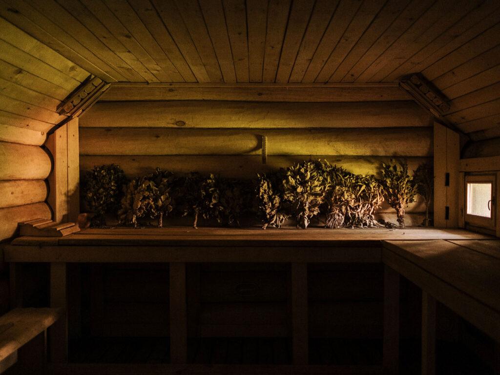 Blätterbündel in einer Banja Sauna