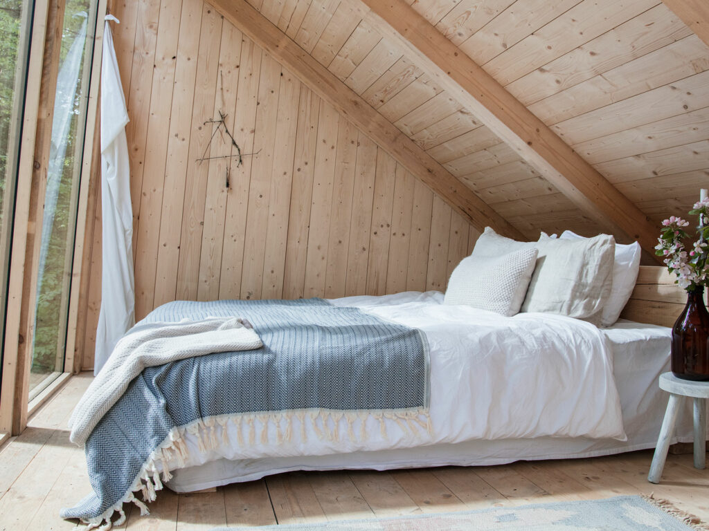 bedroom with wooden walls of Swedish Stedsans Jack Wolfskin