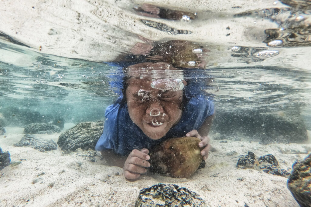 The award-winning short documentary From North to South conveys the ramifications of climate, here boy underwater holding his breath
